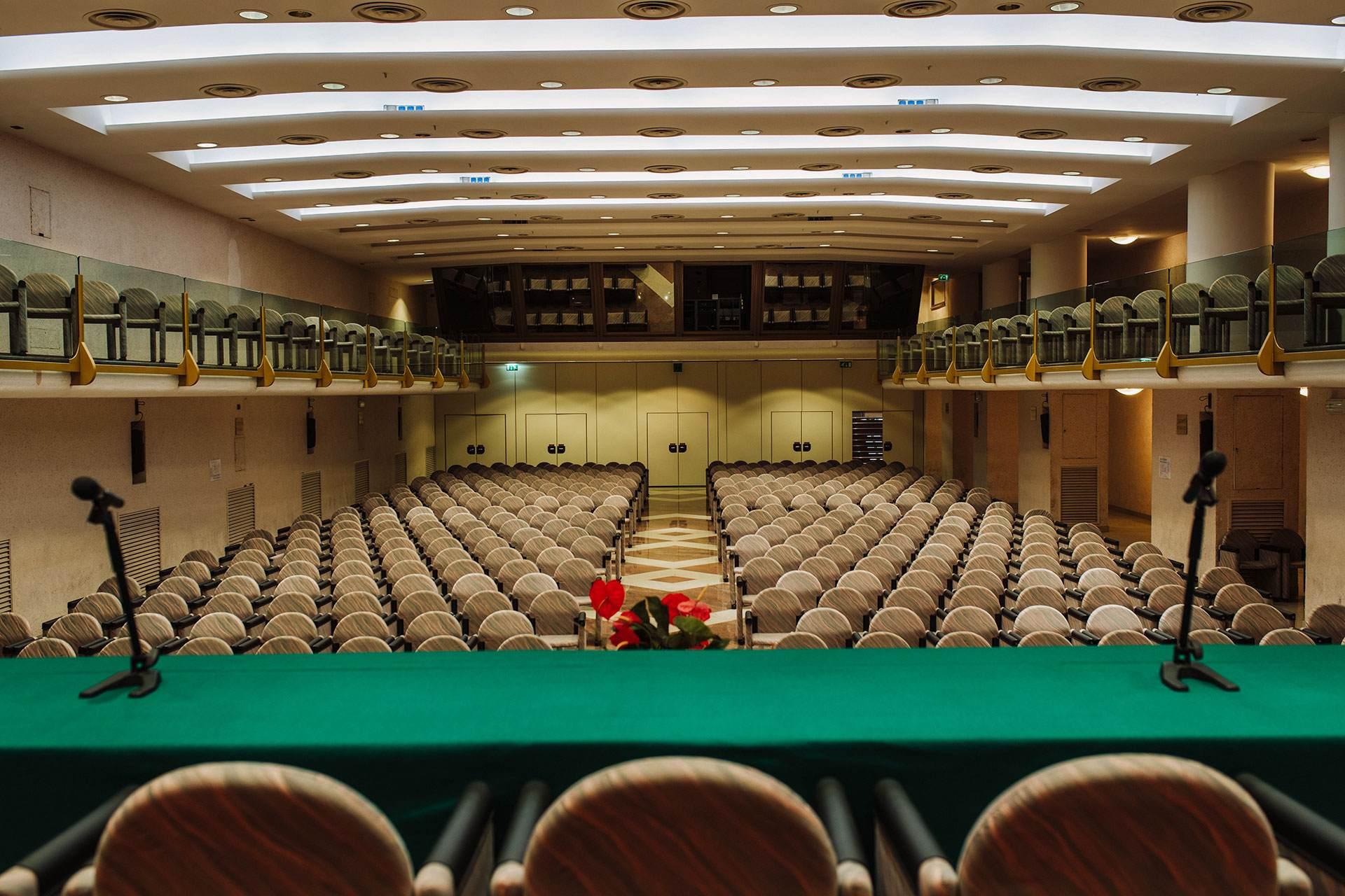 Dimensioni Sala Conferenze 100 Posti.Centro Congressi Toscana Centro Congressi Excelsior Chianciano